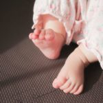 2歳児の寝かしつけ。寝る前や寝るときに蹴るのはなぜ?対処法は?